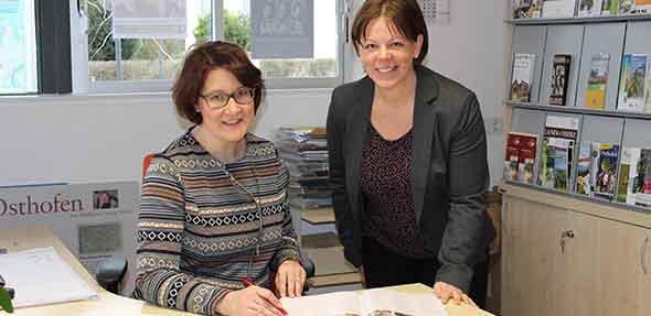 Annette Durlak und Yvonne Gassmann informieren in der Infothek Osthofen zum touristischen Angebot der Verbandsgemeinde Wonnegau und Rheinhessen.