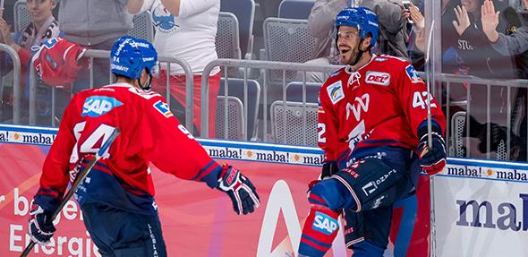 """Die beiden Torjäger Phil Hungerecker (links) und Chad Kolarik verlängerten ihre Verträge in Mannheim. Foto: """"AS-Sportfoto / Sörli Binder"""""""