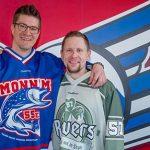 """Zwei ganz Große des Mannheimer Eishockeys verabschiedn sich. Von links: Jochen Hecht und Ronny Arendt. Foto: """"AS-Sportfoto / Sörli Binder"""""""