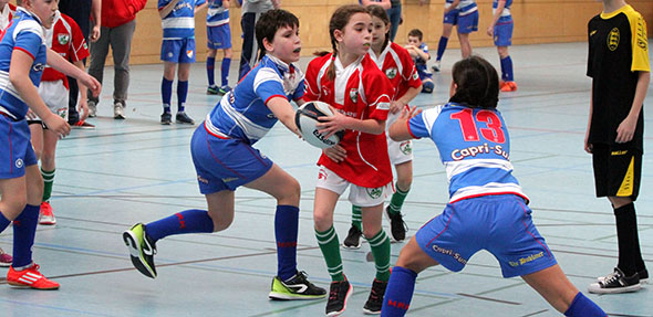 Beim Nachwuchsturnier des Wormser Rugby Clubs in der BIZ-Halle spielten sowohl Jungs wie auch Mädchen mit. Foto: madi