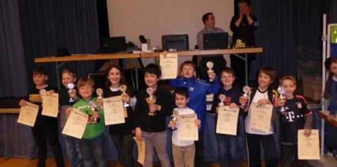 Stolz präsentierten die Teilnehmer vom letzten Jahr ihre Urkunden und Pokale.