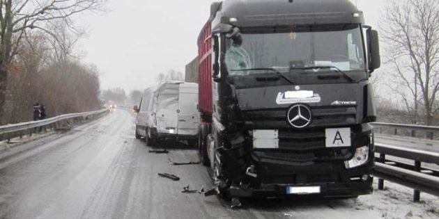 Die unfallbeschädigten Fahrzeuge auf der B9 Worms-Süd. Foto: Polizei