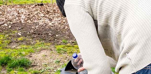 """""""Nebenjob"""" als pure Notwendigkeit – Flaschen sammeln hat auch in Worms Konjunktur. Foto: @arborpulchra_Fotolia"""