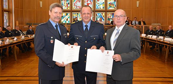 Verabschiedung in den Ruhestand. Von links: Dietmar Haller, Polizeipräsident Reiner Hamm und Werner Schamberger. Foto: Gernot Kirch