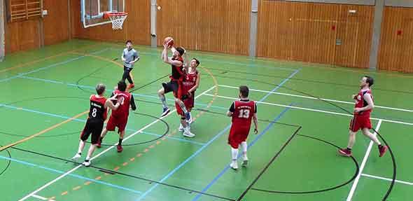 Oft den Korb im Visier, aber zu wenige Treffer! Mit etwas mehr Glück im Abschluss hätten die TGW Basketballer das Saisonende freundlicher gestalten können.