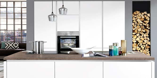 Zeitlose Eleganz strahlen auch die grifflosen Küchen aus.