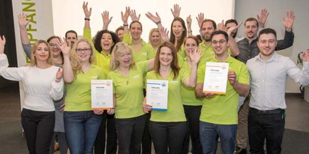 """Das Team aus dem EWR-Kundenservice freut sich riesig über die Auszeichnung als """"TOP-Lokalversorger""""."""