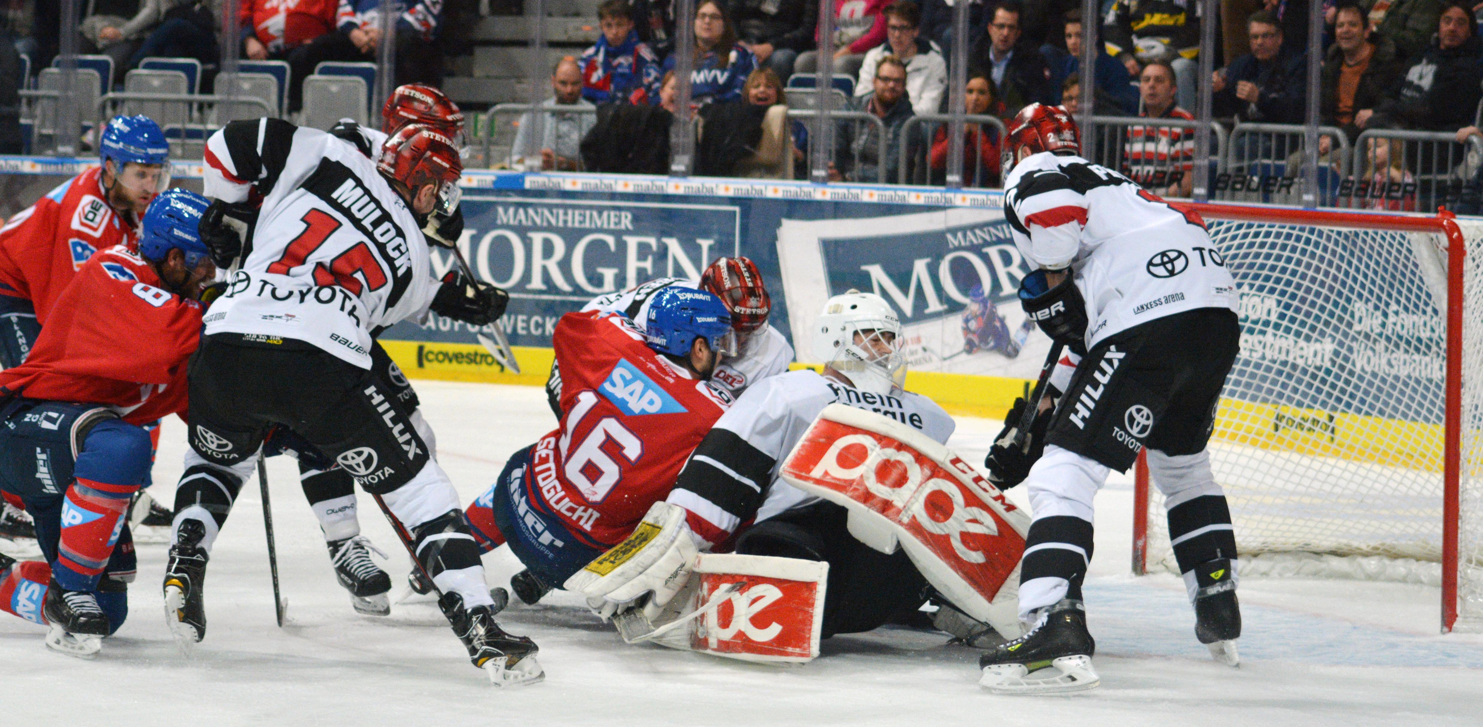 Die Partie zwischen den Erzrivalen aus Mannheim (rote Trikots) und Köln war auch am Freitag hart umkämpfte. Foto: Gernot Kirch