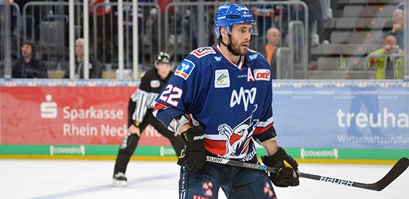 Adler-Stürmer Matthias Plachta musste nach einem brutalen Foul verletzt vom Eis geführt werden. Foto: Gernot Kirch