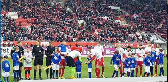 Begeisterte Kids auf Tuchfühlung mit den Fußballprofis vom 1. FC Kaiserslautern und St. Pauli. Foto: Integrative Gemeindekita Bobenheim-Roxheim