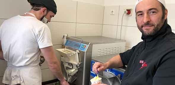 Die Eismacher Moritz Mahla (links) und Sebastian Antz in ihrem Element. Die Saisoneröffnung steht vor der Tür. Die Kombination aus Buttermilch-Sanddorn besteht den Qualitätscheck und macht Lust auf mehr Eis.  Foto: Steffen Heumann