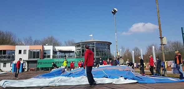Viele Helfer packten beim Hallenabbau beim TC Bürgerweide mit an.