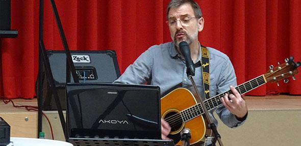 Sprachwissenschaftler Dr. Michael Werner singt das Latwerge-Lied.