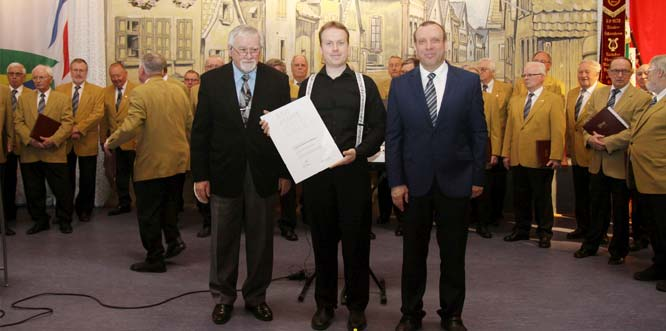 Im Namen des Chorverbands Rheinland-Pfalz überreichte Wolfgang Semmelweis die Ehrenurkunde zum 150igen Jubiläum an den Vorsitzenden Dr. Frank Schneider und Ehrenvorsitzenden Reinhold Reinhardt (von links). Foto: Karolina Krüger