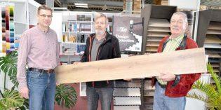 Patric Heischling (links) und René Heischling (re.) danken Jürgen Antony für 40 Jahre vertrauensvolle Zusammenarbeit und freuen sich, dass die Erfahrung ihres Mitarbeiters auch weiterhin dem Unternehmen erhalten bleibt. Foto: Steffen Heumann