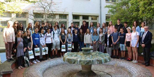 Landrat Ernst Walter Görisch empfängt Schülerinnen und Schüler aus Spanien in der Kreisverwaltung Alzey-Worms. Foto: Kreisverwaltung Alzey-Worms