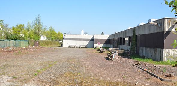 Wo zurzeit in Hochheim noch die alte IHK-Lehrwerkstatt stehet, sollte in Kürze 26 Doppelhäuser entstehen. Foto: Gernot Kirch