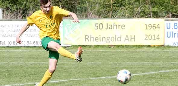 Torjäger Marcel Seibel hämmert den Ball zum 1:0 gegen Blau-Weiß Worms in die Maschen. Foto: madi