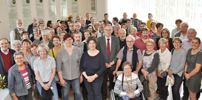 Hans-Joachim Kosubek inmitten der Gäste und ihrer Wormser Gastgeber.