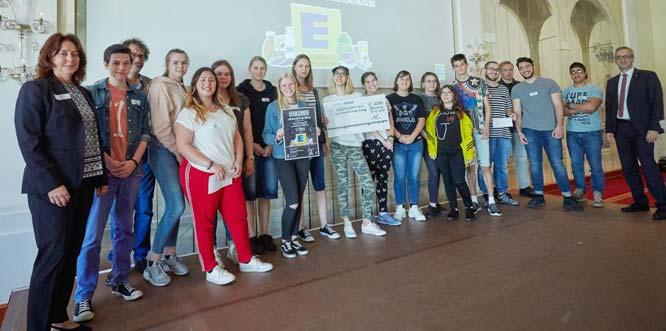Die Jury überzeugten die Karl-Hoffmann Schule mit ihrer kritischen Auseinandersetzung mit dem deutschen Bildungssystem und eigenen Lösungsansätzen, um jedem einzelnen Schüler eine bessere individuelle Weiterentwicklung zu ermöglichen.