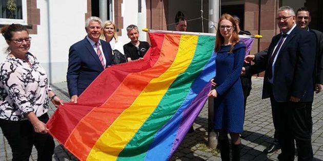Die zu hissende Regenbogenfahne verkörperte am Internationalen Tag gegen Homophobie Toleranz und Vielfalt.