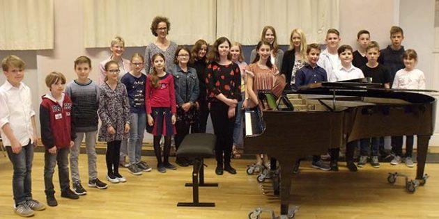 Die teilnehmenden Schülerinnen und Schüler sowie Schulleiterin Rita Lodwig und Katharina Schmitt, Gesamtleitung des Abends, freuten sich über ihr gelungenes Konzert.