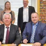 Vorne: OB Michael Kissel, Hempt-Geschäftsführer Enrico Finelli; hinten: Miriam Neumann (wfg) und Planer Uwe Hock freuen sich über den Vertragsabschluss (jeweils von links).