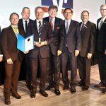 Auf der Vertreterversammlung erhielt das langjährige Aufsichtsratsmitglied Hans-Joachim Raddeck aus den Händen des stellvertretenden Abteilungsleiters des Genossenschaftsverbands, Marko Trabert, für seine Verdienste die Verbands-Ehrennadel in Gold.