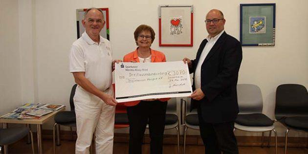 Gertrud Marschall übergab Dr. Oswald Burkhard und Joachim Putz vom Verein Rheinhessen Hospiz (von links) eine großzügige Spende in Höhe von 3070 Euro. (Foto: Karolina Krüger)