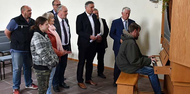 Andächtig wird dem Spiel von Benedict Schimmel auf der ehemaligen Hochstift-Orgel in ihrer neuen Heimat, der Horchheimer Friedhofskirche, gelauscht. In ihrer neuen Heimat bestaueDie Hochstift-Orgel hat in der Horchheimer Friedhofskirche eine neue Heimat gefunden