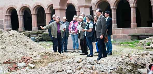Dr. Josef Mattes (2.von links) erklärt den Stand der Bauarbeiten im Innenhof des Andreasstifts.