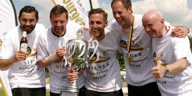Steven Jones (2. von links) nach dem gewonnenen Verbandspokalfinale am Pfingstmontag. Foto: Felix Diehl