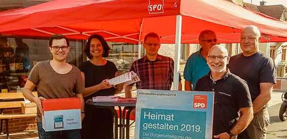Mit Infoständen in Flörsheim-Dalsheim (siehe Foto), Monsheim und Offstein informierten die SPD-Ortsvereine über die laufende Umfrage. Auch nutzten viele Bürgerinnen und Bürger die Möglichkeit, die Fragebögen direkt vor Ort abzugeben und sich über verschiedene Themen zu informieren.