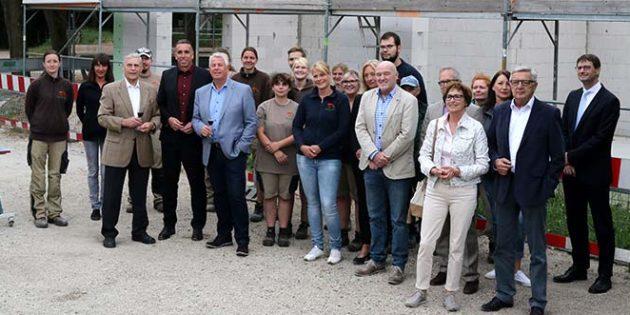 Beim Richtfest des Erweiterungsbaus an der Tiergartenschule freut sich der Freundeskreis als Bauherr über die Fortschritte auf der Baustelle. Foto: Klaus Diehl