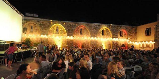 In der romantischen Erkenbert-Ruine projizieren die Lux Kinos im Juli Klassiker wie Dirty Dancing oder mit Ocean's 8 auch aktuelle Filme.
