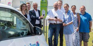 Das TST-Team um Einkaufsleiter Klaus Müller (vorne) startet mit Holger Böhm vom Autohaus Falter (dahinter) und EWR-Vertriebsleiter Frank Dinter (links) den Ladevorgang der Smarts.