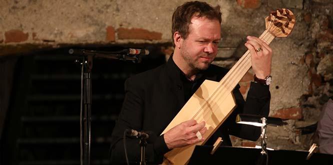 Marc Lewon erzählt musikalisch als Mitglied des Ensemble Leones Geschichten von Intrige, Rache und Verrat. Foto: Andreas Lebschik