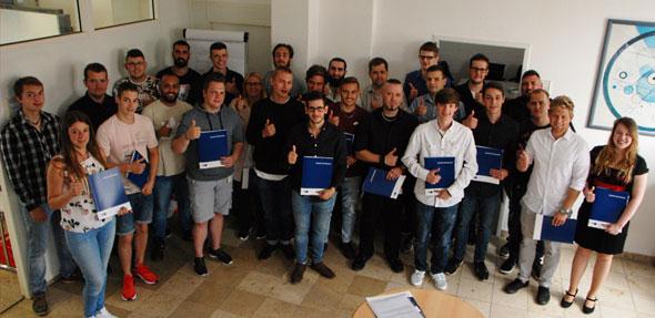 Die Sommerauslerner von Evonik und weiteren Unternehmen aus Worms freuen sich über ihren erfolgreichen Abschluss.
