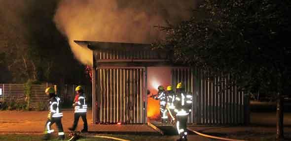 Löscharbeiten der Feuerwehr auf dem Gelände des Berufsbildungswerks.  Foto: Polizei