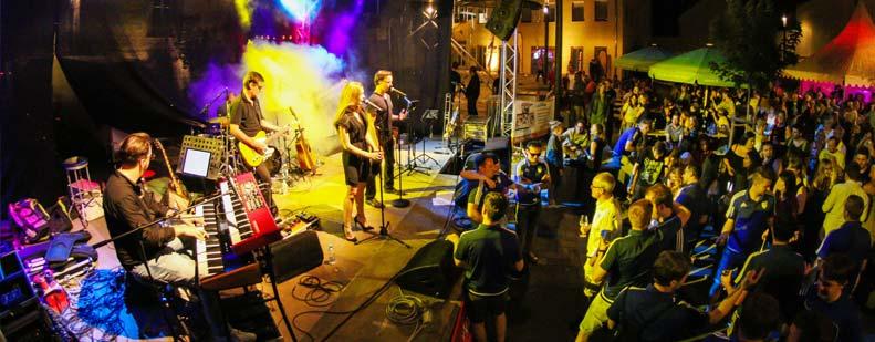 Osthofens Stadtmitte verwandelt sich an der Weinmeile in eine musik-  und weinselige Partymeile. Foto: Jannick Reinecke/Die Knipser