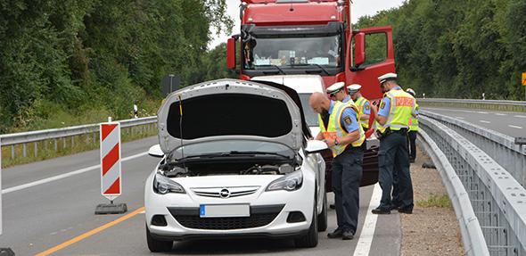 Die Polizei führte am Dienstag auf der B 47 zwischen Monsheim und Worms Fahrzeugkontrollen durch. Foto: Gernot Kirch