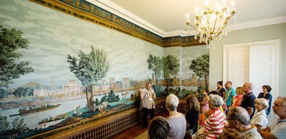Seltene französische Papiertapeten aus dem 19. Jahrhundert schmücken das Obergeschoss des Schlosses. Foto: Bernward Bertram