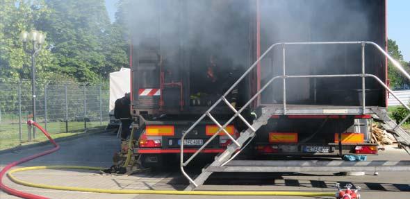 Anfeuerung des Brandcontainers mit Holzpaletten zur Vorbereitung auf die Übung. Foto:Evonik