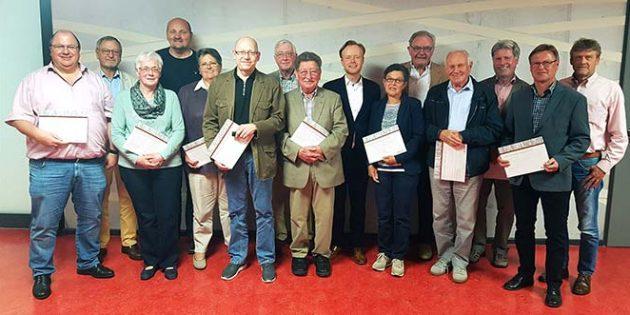 Jan Metzler (9.v.re.) freut sich, dass so viele Mitglieder geehrt werden können: Ein solches Engagement verdient ein großes Dankeschön.