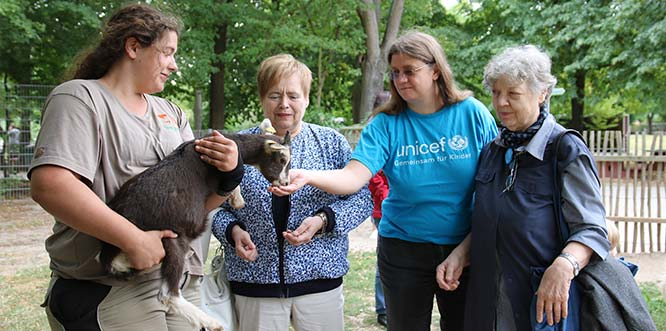 Dorothea Spille, stellvertretende Leiterin der Unicef-Arbeitsgruppe Worms, und Mitglieder der AG erneuern die Tierpatenschaft für die Thüringer Waldziege. Cassandra, im Arm der Tierpflegerin Jessica Michel, zeigte sich noch etwas schüchtern.