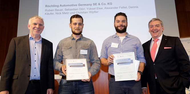 Die Auszubildenden von Röchling Automotive gehören zu den besten Energie-Scouts Deutschlands: v.l.n.r. Jochen Flasbarth (Staatssekretär Bundesumweltministerium), Dennis Käufer und Christian Wipfler (Röchling Automotive) und Thomas Meyer (Vizepräsident DIHK) bei der Preisverleihung in Berlin.