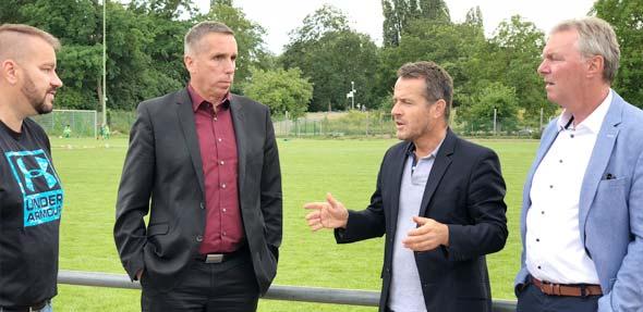 Gunter Fischer, Jens Guth und Uwe Franz informieren Andreas Hugel (von rechts) über Fördermöglichkeiten.