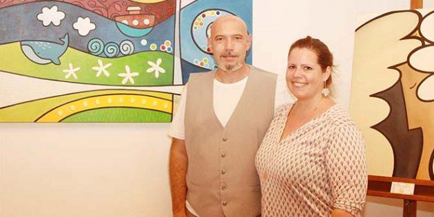 Ralf Johannes Kratz, hier mit seiner Frau Jenny, zeigte beim Festival der Künste in Westhofen einen Querschnitt seines farbenfrohen Werkes in der Kaiserbadmühle. Foto: Karolina Krüger