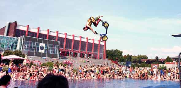 Die professionellen Turmspringer vom VWM e.V. Mannheim zeigen ihr Können. Foto: Rudolf Uhrig