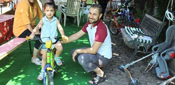 Leider musste die dreijährige Selen aus Syrien ohne Fahrrad  nach Hause gehen, da alle Kinderfahrräder für sie noch zu groß waren oder keine Stützräder hatten. Aber einen schönen Fahrradhelm hat sie sich schon ausgesucht. Vielleicht klappt es ja beim nächsten Hofmarkt mit einem passenden Rad.